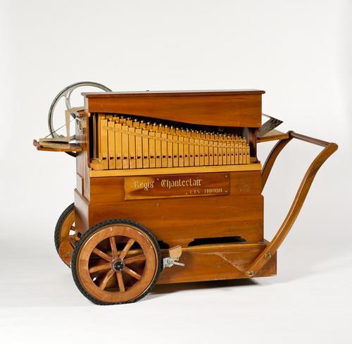 Draaiorgel met 36 cilindertoetsen en 2 fluitregisters die een geperforeerd karton aflezen | O. B. Thirion