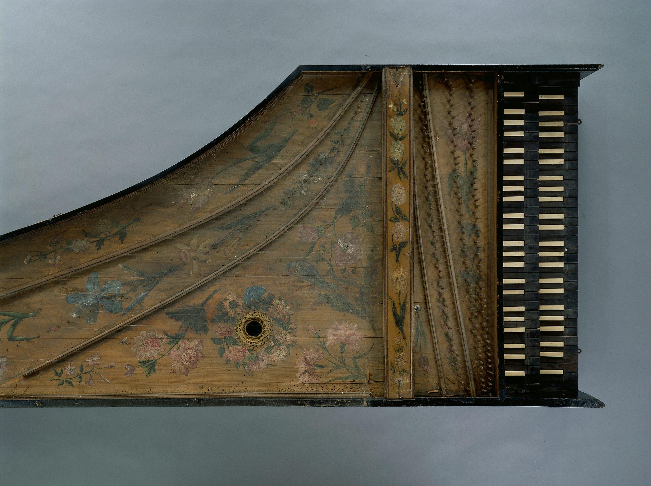 Vue de l'exposition Un Musée aux rayons X, Etat avant restauration de la table d'harmonie du CLAVECIN, Louis Denis, 1677, Paris,  Jean-Marc Anglès
