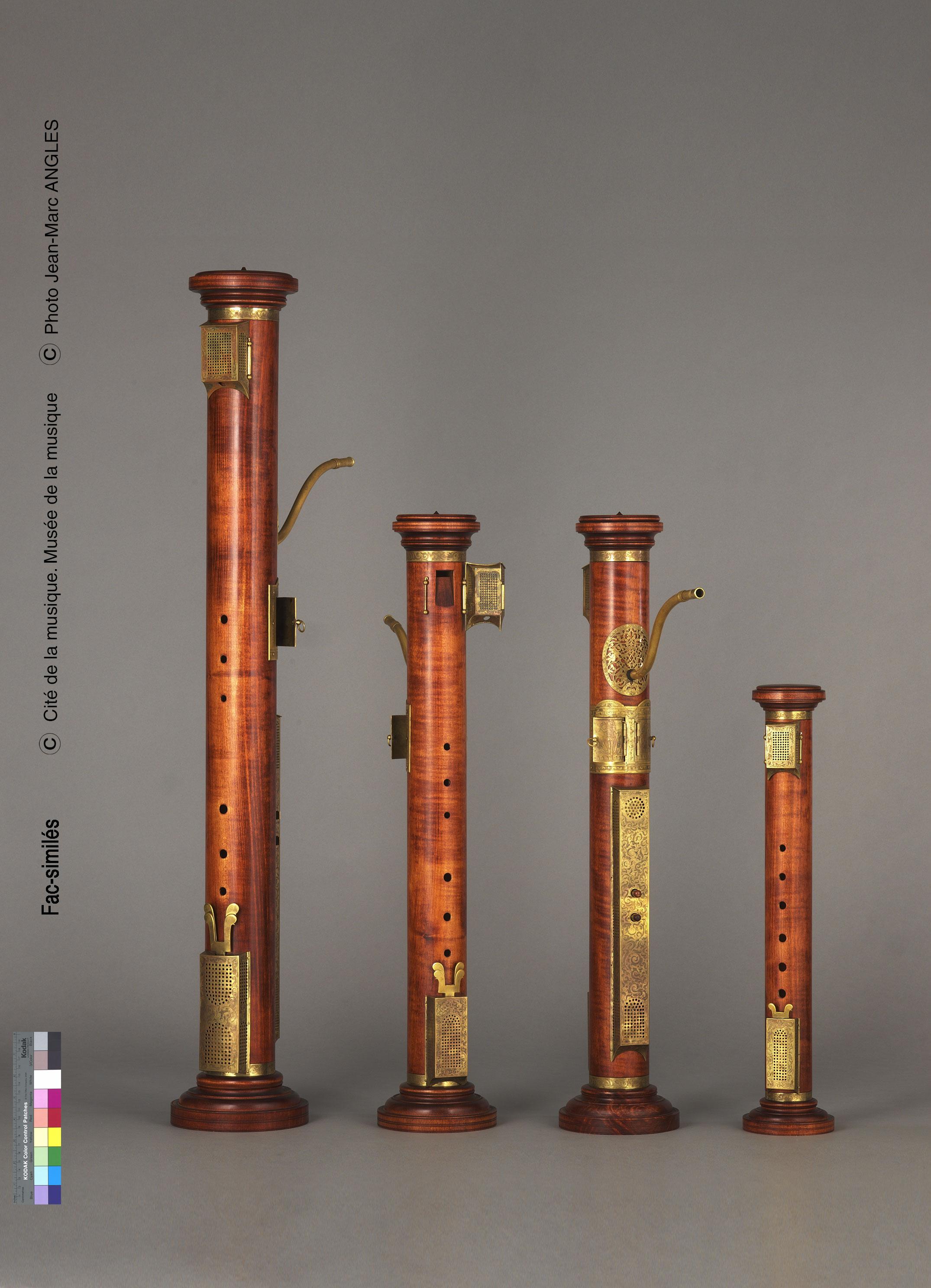 Vue de l'exposition Un Musée aux rayons X, Fac-similé d'un quatuor de flûtes colonne  d'après les instruments de Hans Rauch von Schratt (XVIe siècle) conservés au Musée de la musique de Paris et au Musée instrumental de Bruxelles